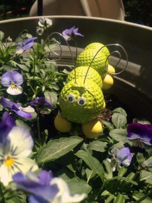 Веселая гусеница будет отлично смотреться на клумбе. /Фото: img0.etsystatic.com