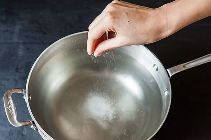 Соленая вода может закипать медленнее. /Фото: thumbor.food52.com