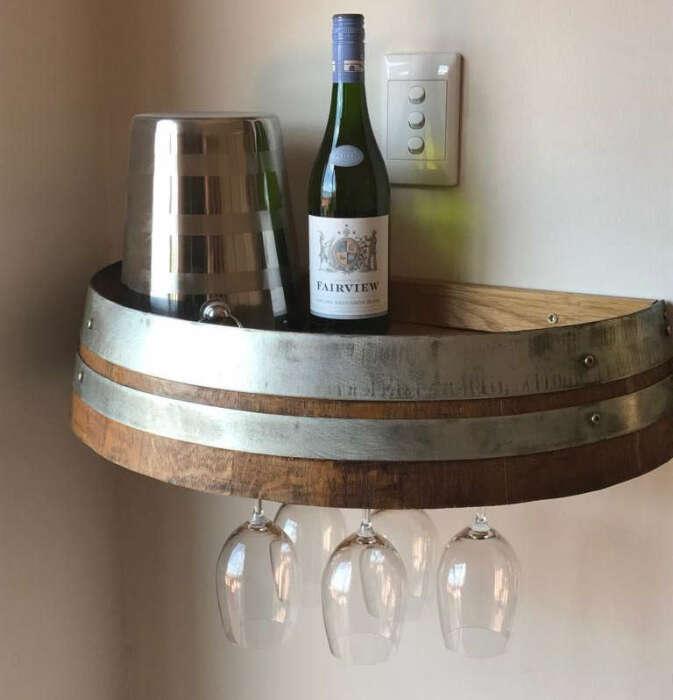 Полка из бочки поддерживает винную стилистику. /Фото: winebarrelcreations.co.za