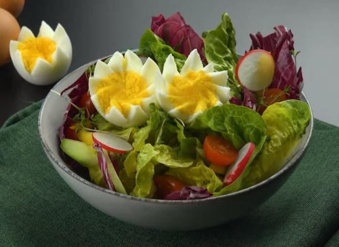 Простая зубочистка и кусочек флосса помогут фигурно разрезать яйцо.