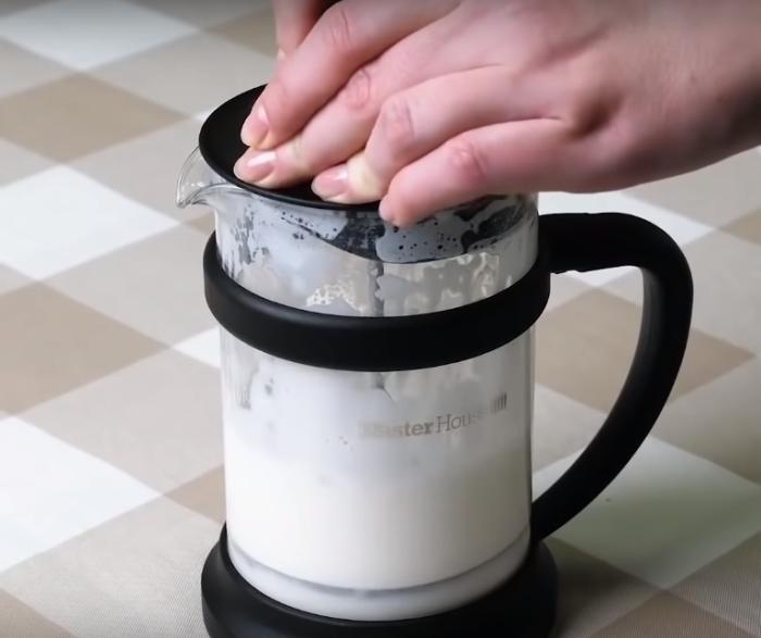Несложная процедура поможет быстро взбить молоко или сливки для кофе в домашних условиях.