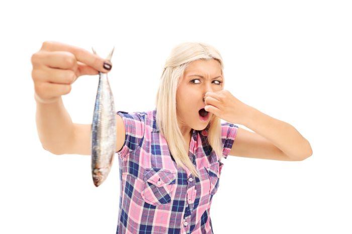После приготовления рыбы запах можно удалить зубной пастой. /Фото: staticfanpage.akamaized.net