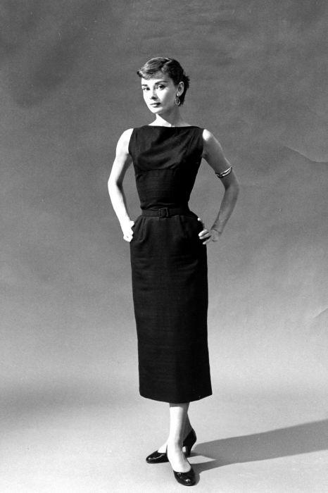 Маленькое черное платье – классика женского гардероба. /Фото: hips.hearstapps.com