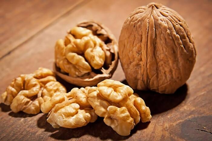 С грецким орехом на дереве в доме не будет царапин. /Фото: img.alayam.com