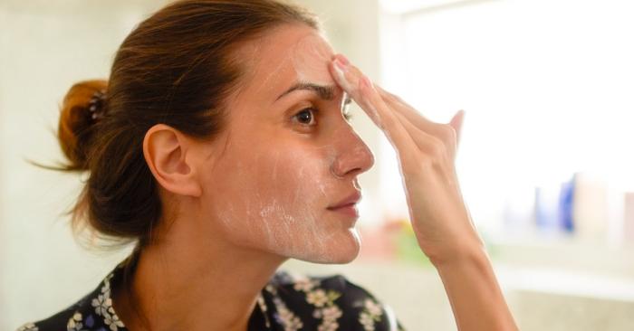 На очищенной пилингом коже косметические продукты работают эффективнее. /Фото: post.healthline.com