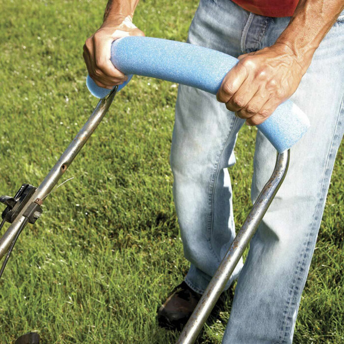 За ручку газонокосилки, обернутой нудлсом, удобнее держаться. /Фото: impressiveinteriordesign.com