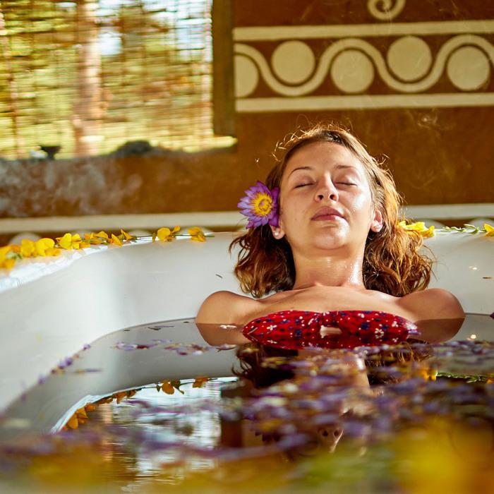 Чудесная чайная ванна снимет напряжение. /Фото: amunaayurvedaretreat.com