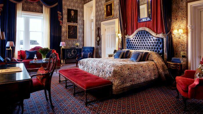 Люксы замка-отеля – шедевры роскоши и комфорта. /Фото: content.redcarnationhotels.com