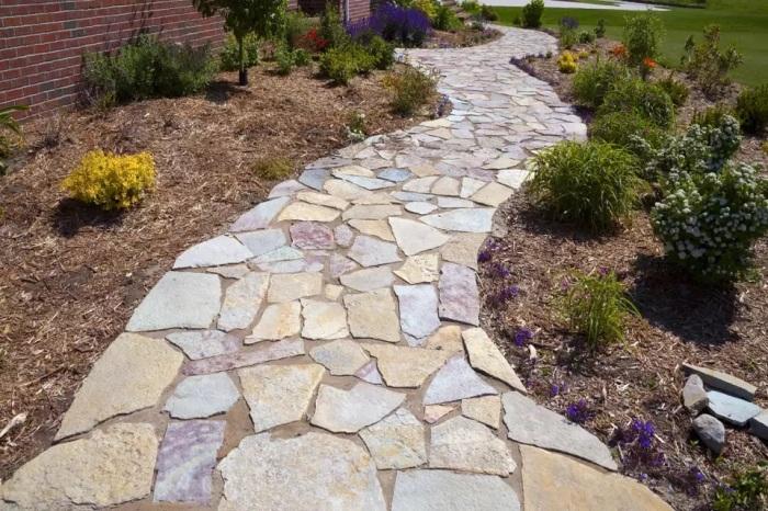 Нарочито небрежная каменная дорожка хорошо сочетается с мульчей. /Фото: thespruce.com
