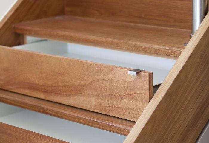 Сейф внутри лестницы — незаметное и надежное хранилище. /Фото: thespruce.com
