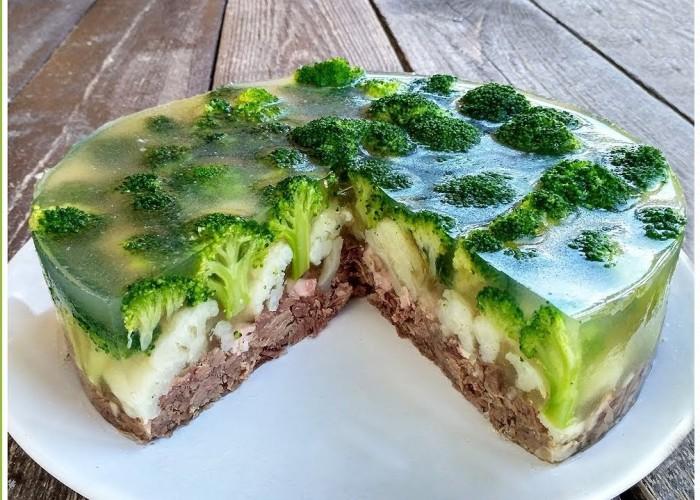 Желатиновый пирог в виде салата — это сильное слово в кулинарии прошлого. /Фото: inspiringrecipeideas.com