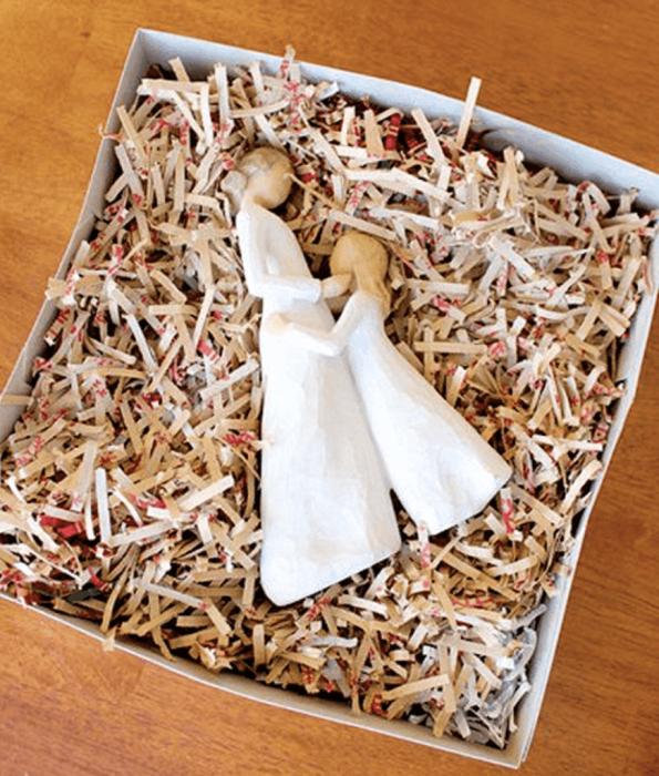 Не стоит выбрасывать мятую упаковочную бумагу, она хороша для переезда и хранения. /Фото: sbly-web-prod-shareably.netdna-ssl.com