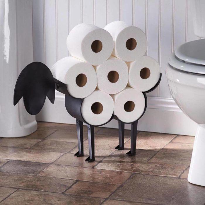 Забавная овечка одновременно украсит комнату и позволит хранить бумагу компактно. /Фото: archidea.com.ua