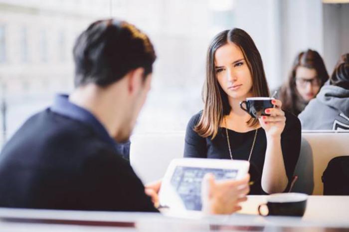 Если постоянно поглядывать на телефон, сложится впечатление, что вам неинтересен собеседник. /Фото: thebuddy.me