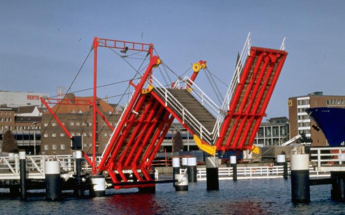 Мост Horn Bridge складывается гармошкой каждый час. /Фото: sbp.de