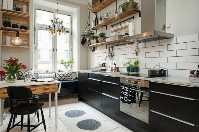 Скандинавская кухня с деревянными полочками и полочками в виде ящиков. /Фото: i.pinimg.com