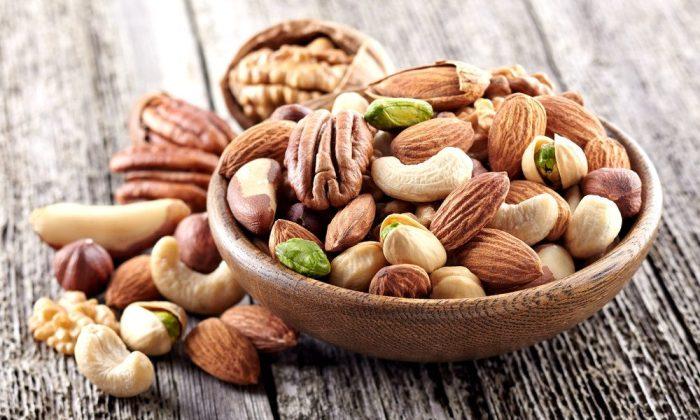Любые орехи перед употреблением нужно проверять на свежесть. /Фото: pro-consulting.ua