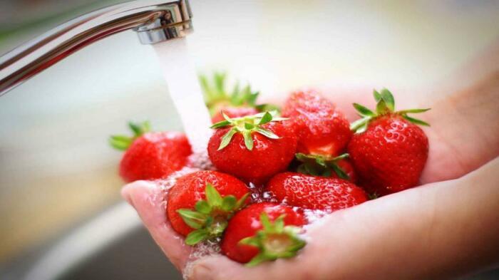 Полезный совет для здоровья — мыть еду не только в воде под краном. /Фото: nastroy.net