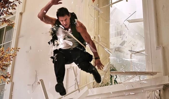 На съемках актеры эффектно вылетают через бутафорское стекло.