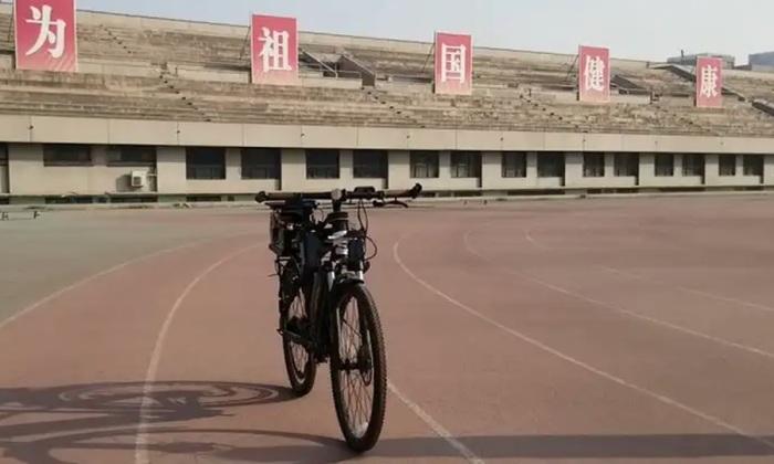 Китайский велосипед на автопилоте удерживает равновесие на двух колесах. /Фото: wonderfulengineering.com