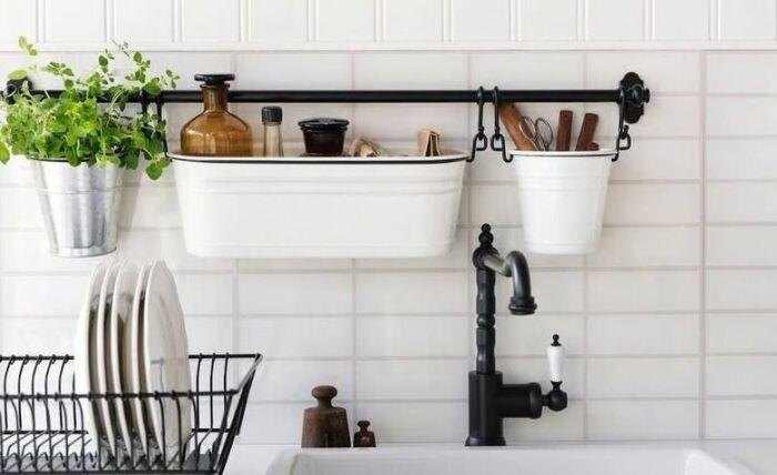 Хранение кухонных принадлежностей на стене может быть красивым. /Фото: archidea.com.ua