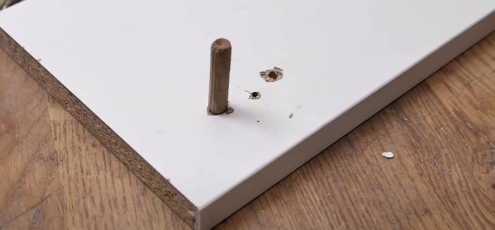 Разболтанные отверстия чинят с помощью деревянного колышка. /Фото: youtube.com/watch?v=kexuJYNJ1as