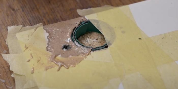 Кусочек пластиковой трубы служит «опалубкой», чтобы смесь не затекала в паз. /Фото: youtube.com/watch?v=OcOJzRqgUrA