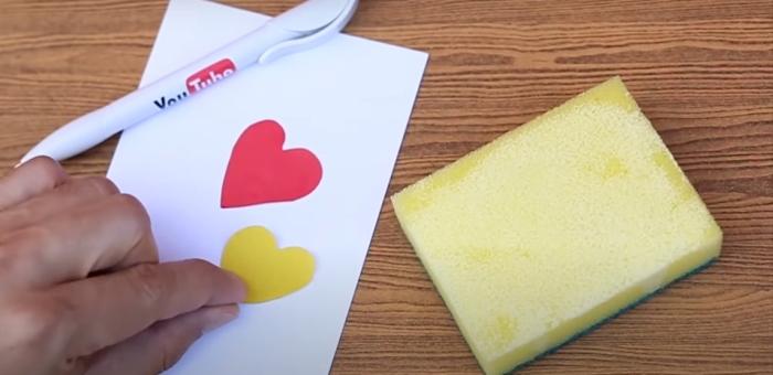Клей и губка — отличное сочетание для аккуратного склеивания деталей. /Фото: youtube.com