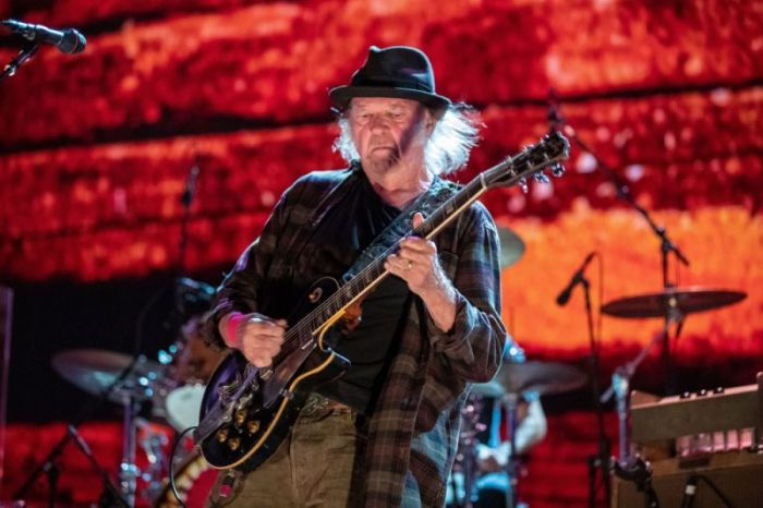 Neil Young. /Фото: s.yimg.com