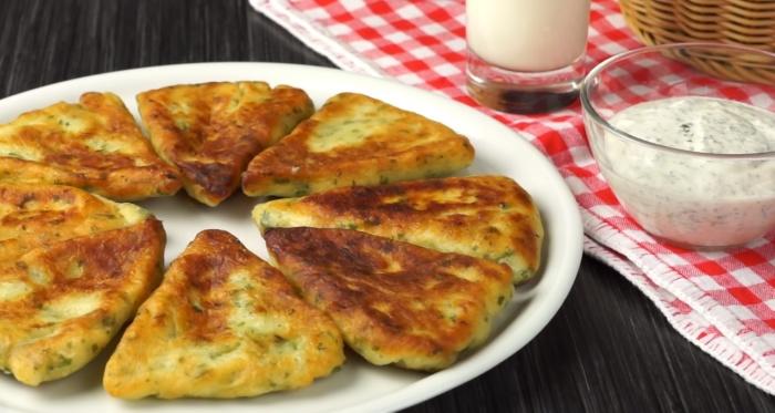 Картофельные лепешки с сырной начинкой – аппетитное и сытное кушанье. /Фото: https://www.youtube.com/watch?v=eA2Jvip5dgE / Webspoon PLUS