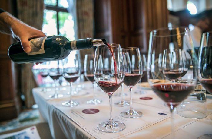 Врачи советовали женщинам, в том числе и беременным, принимать красное вино. /Фото: keyassets.timeincuk.net