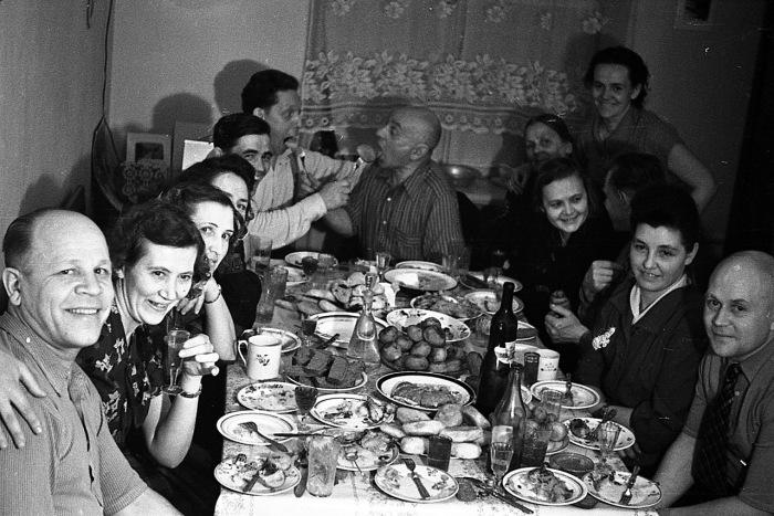 Праздничное застолье советской эпохи. /Фото: cont.ws