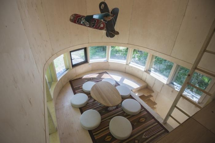 Люстра подчеркивает скейтерскую сущность дома. /Фото: static.tildacdn.com