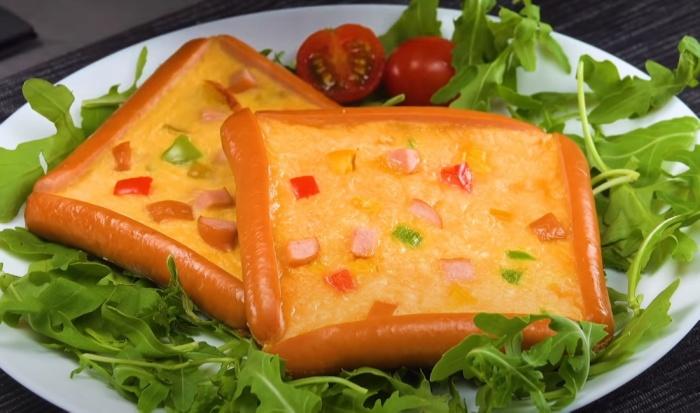 Эстетичная подача омлета в обрамлении фигур из сосисок делает блюдо еще аппетитнее. /Фото: youtube.com/watch?v=evE0-I4ttqU