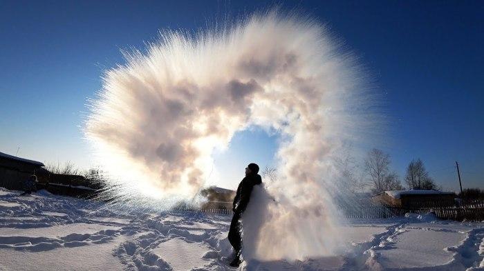 Кипяток на морозе – это красиво. /Фото: i.ytimg.com