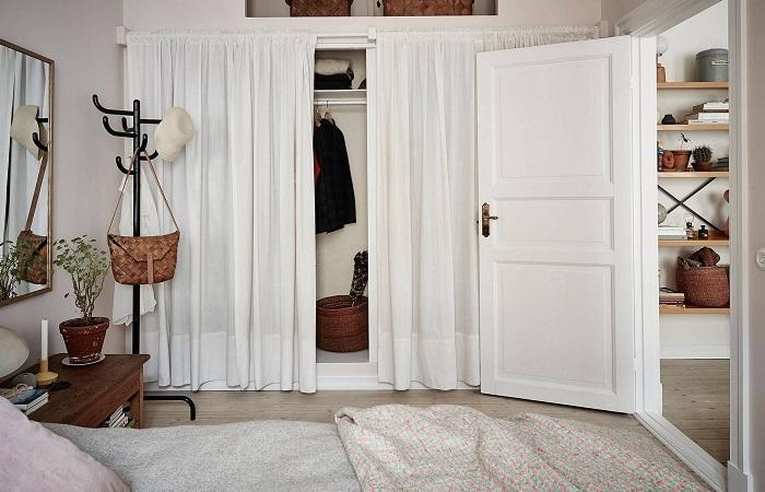 С правильным подходом даже в маленькой комнате можно организовать гардеробную. /Фото: i.pinimg.com