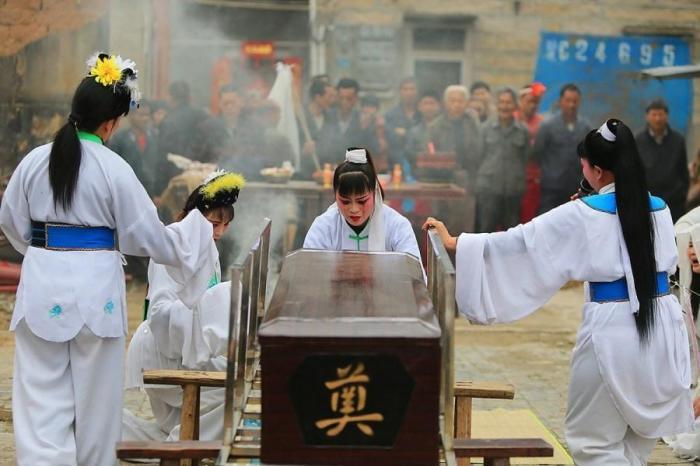 В Китае вы не встретите на похоронах людей в черном. /Фото: qiyiw.com