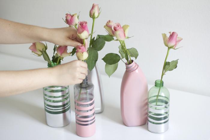 Стеклянные бутылки — отличный материал для изготовления необычной вазы. /Фото: refashionnation.files.wordpress.com