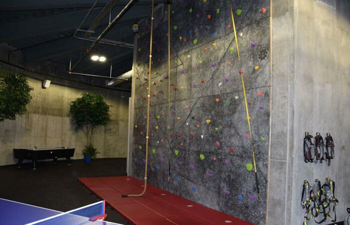В Survival Condo есть даже стена для скалолазания. /Фото: loveincorporated.blob.core.windows.net