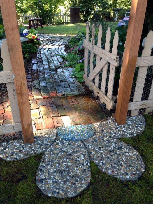 Таким входом на приусадебный участок будет гордиться любой хозяин. /Фото: i.pinimg.com