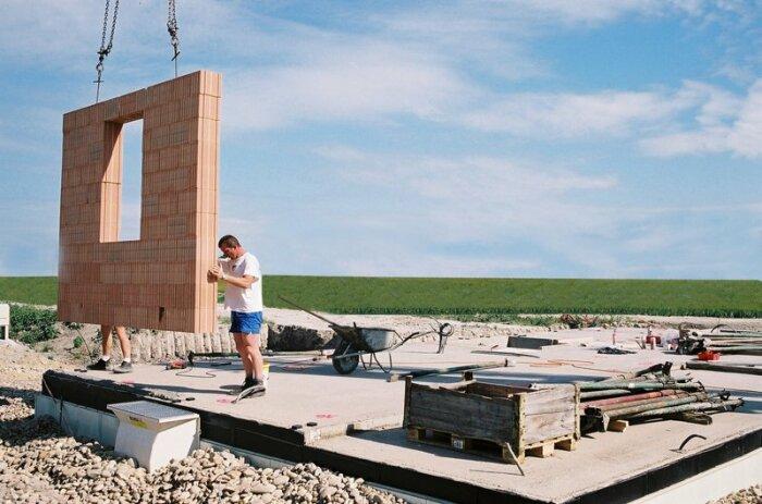 С таким материалом дома строятся быстро и обеспечивают оптимальные условия проживания. /Фото: redblocsystems.com