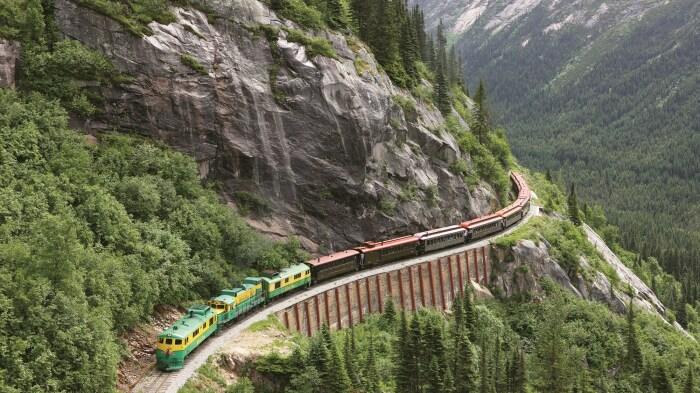 Поездка по узкоколейке в горах запомнится яркими эмоциями. /Фото: travelweekly.com