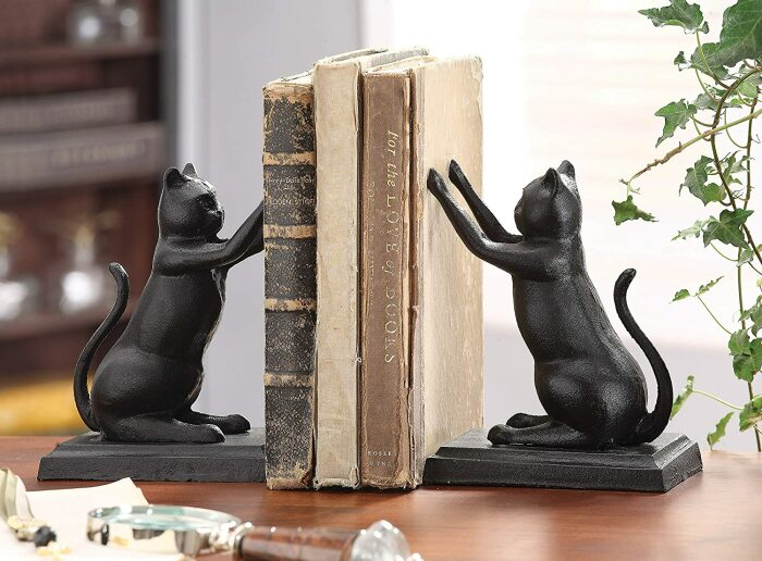 Заядлому читателю и любителю кошек понравится оригинальная подставка для книг. /Фото: images-na.ssl-images-amazon.com