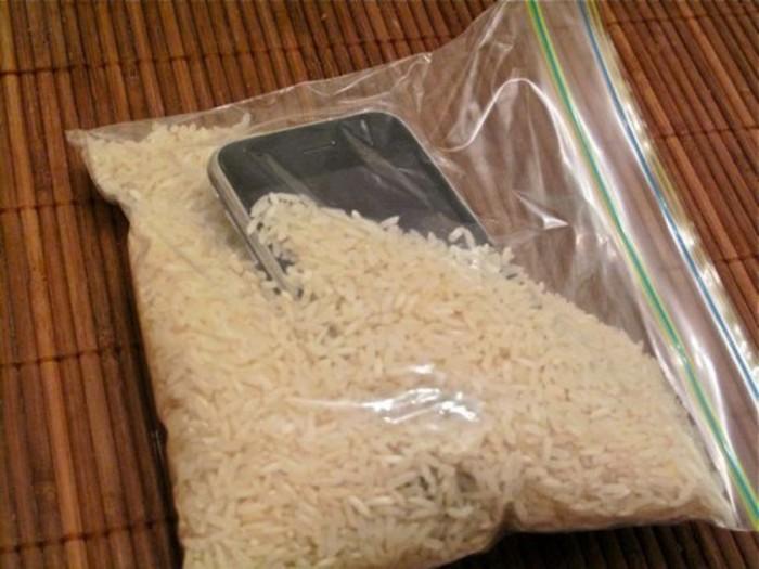 Гигроскопичность риса поможет вытянуть влагу из «искупавшphoto-2-baomoi.zadn.vnегося» смартфона. /Фото: