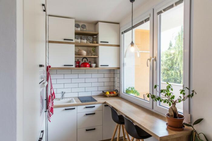 Протягивание столешницы вдоль окна увеличивает рабочую плоскость для готовки. /Фото: static.slobodnadalmacija.hr