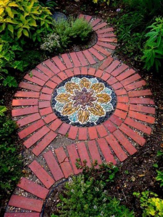 Обрамление из кирпича подчеркивает красоту мозаики. /Фото: i2.wp.com