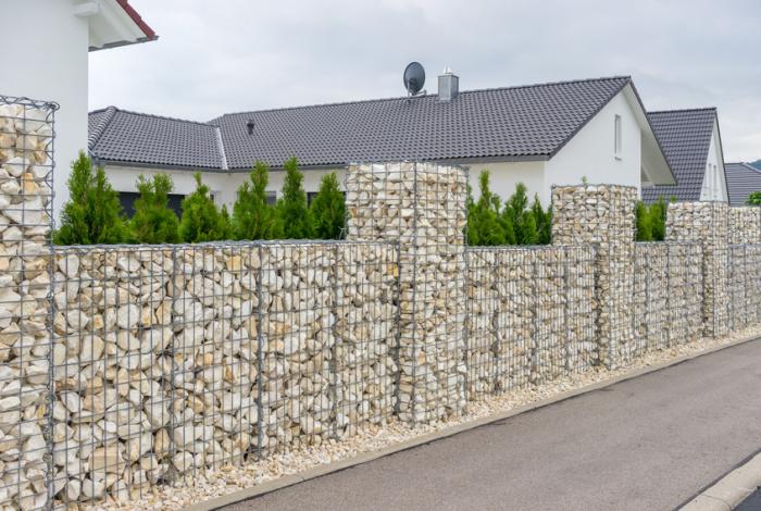 Забор из габиона смотрится необычно и привлекает внимание. /Фото: teich-profi.de