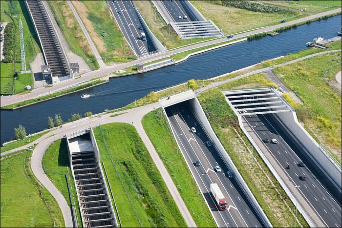 Благодаря акведуку земной и водный транспорт не мешают друг другу. /Фото: i.imgur.com