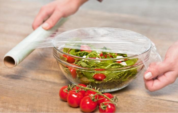 Пищевой пленкой не только можно накрывать тарелки, но заворачивать для хранения овощи и другие продукты. /Фото: cdn.inmyroom.ru