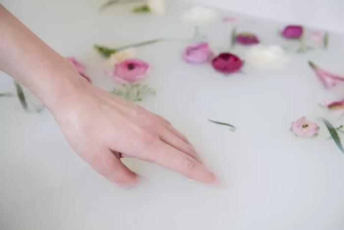 Принимайте ванны с кукурузным крахмалом, и кожа будет мягкой и нежной. /Фото: thesprucecrafts.com